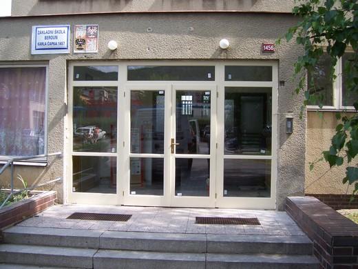 Budova školy - vchodové dveře a okna